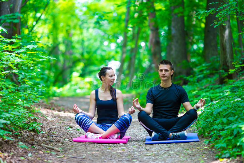 Jong actief paar die uitrekkende yoga maken royalty-vrije stock afbeeldingen