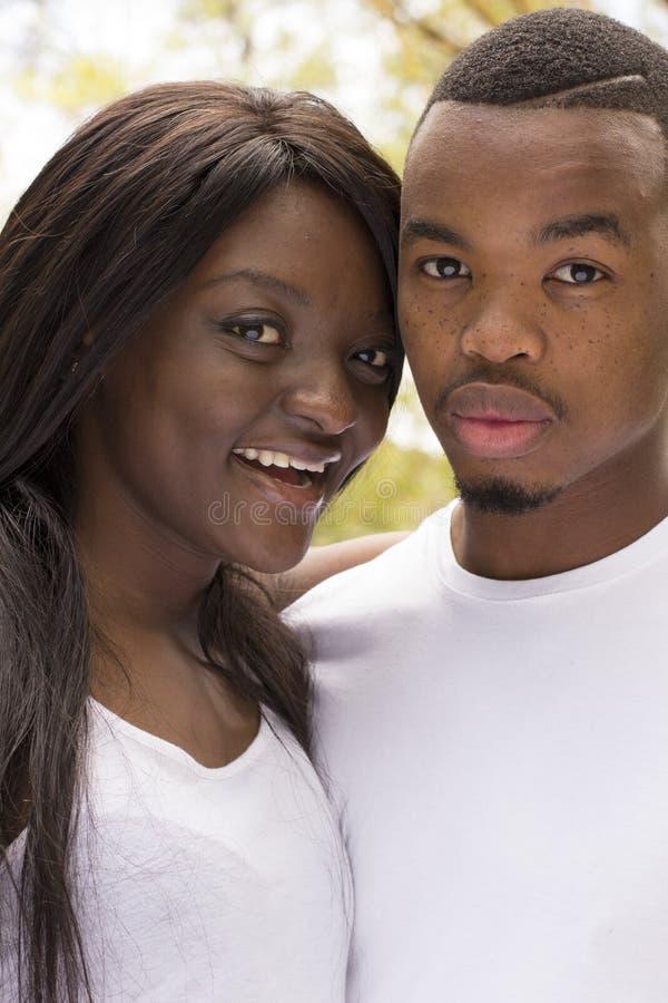 Jong Afrikaans Amerikaans Gelukkig Houdend van Paar stock foto's