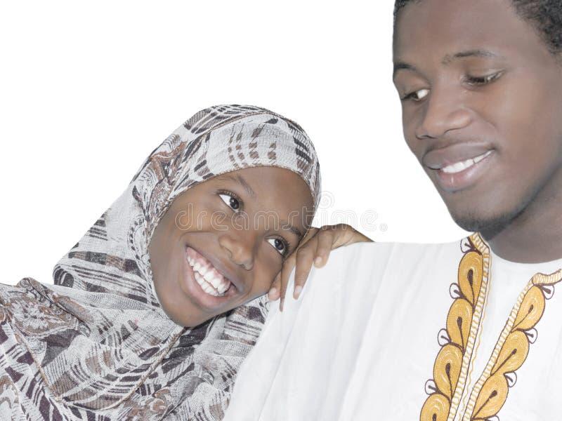 Jong Afro-paar die geïsoleerde liefde en affectie tonen, stock foto's