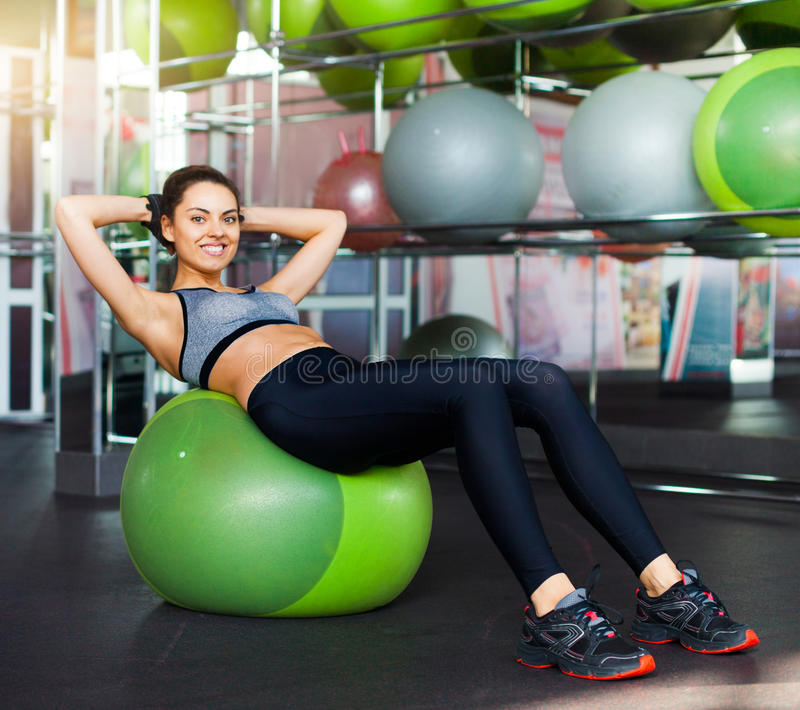 Jong atletisch meisje in de gymnastiek stock foto