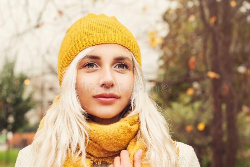 Jong Autumn Woman die Gele Hoed en Sjaal dragen stock foto