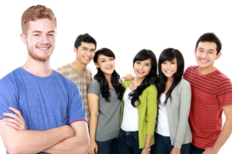 Jong Aziatisch mannetje met zijn vriend bij de achtergrond stock afbeeldingen