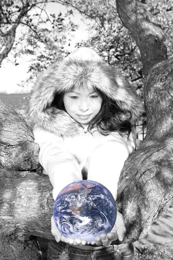 Jong Aziatisch Meisje met aarde stock fotografie