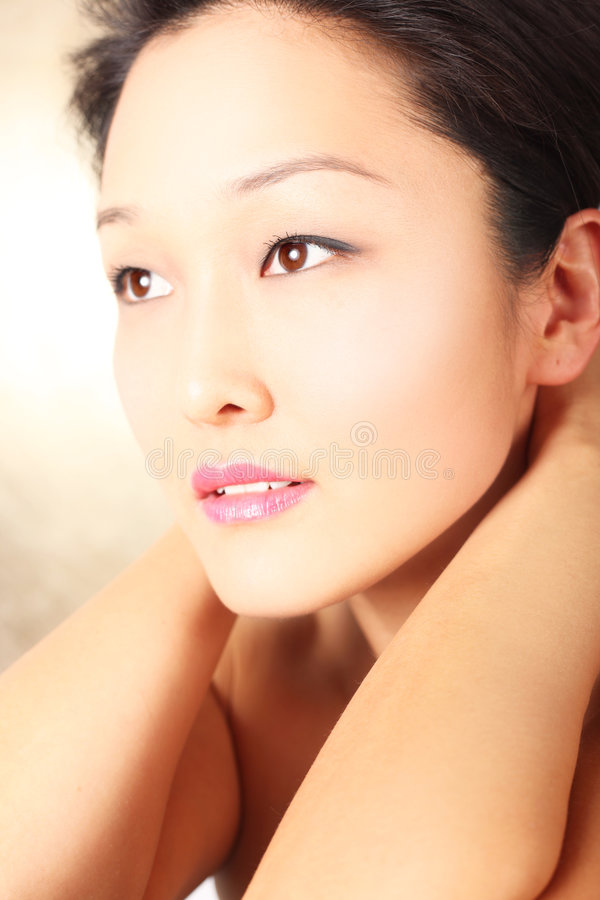Jong Aziatisch model met onberispelijke teint stock afbeeldingen