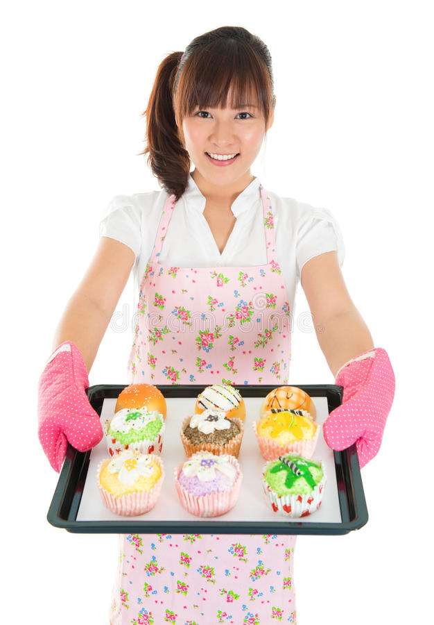 Jong Aziatisch vrouwelijk bakselbrood en cupcakes royalty-vrije stock afbeelding