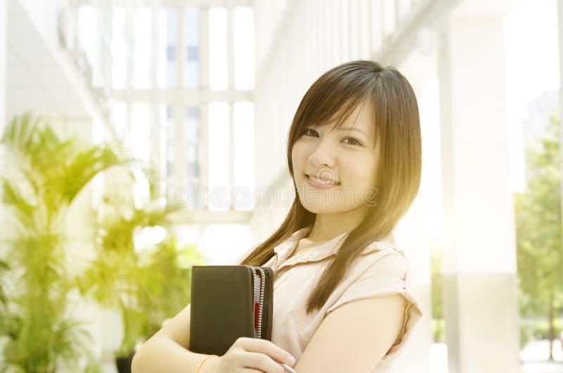 Jong Aziatisch vrouwelijk uitvoerend portret stock afbeeldingen
