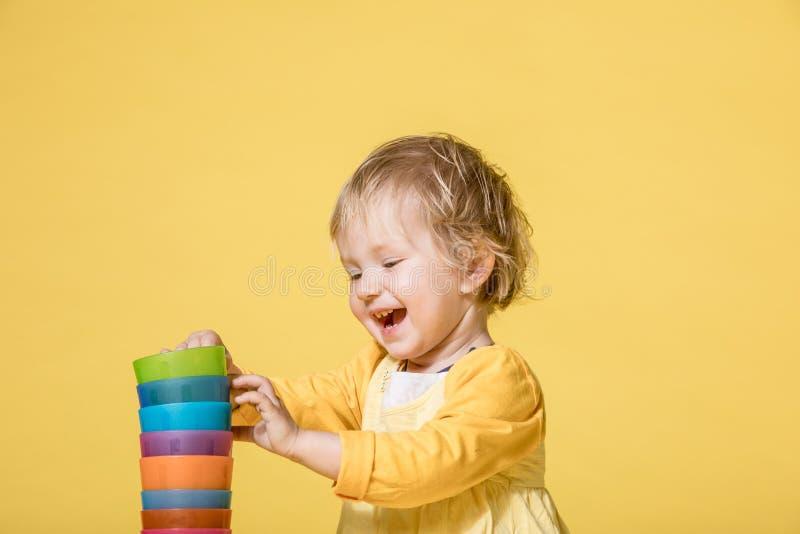 Jong Babymeisje in Gele Kleding op Gele Achtergrond royalty-vrije stock foto's