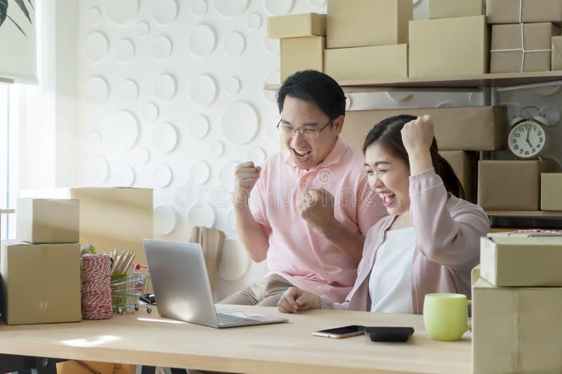 Jong bedrijfsparen startfamiliebedrijf die, online op de markt brengen royalty-vrije stock afbeeldingen