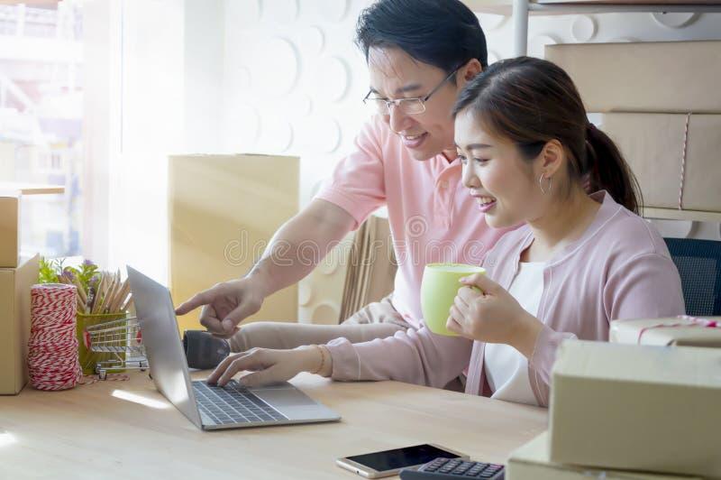 Jong bedrijfsparen startfamiliebedrijf die, online op de markt brengen stock afbeeldingen