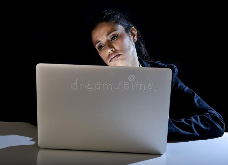 Jong bedrijfsvrouw of studentenmeisje die aan laptop computer laat bij bored en vermoeide nacht werken royalty-vrije stock foto