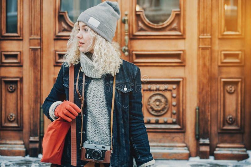 Jong blond krullend meisje met retro filmcamera, de winter stock afbeeldingen