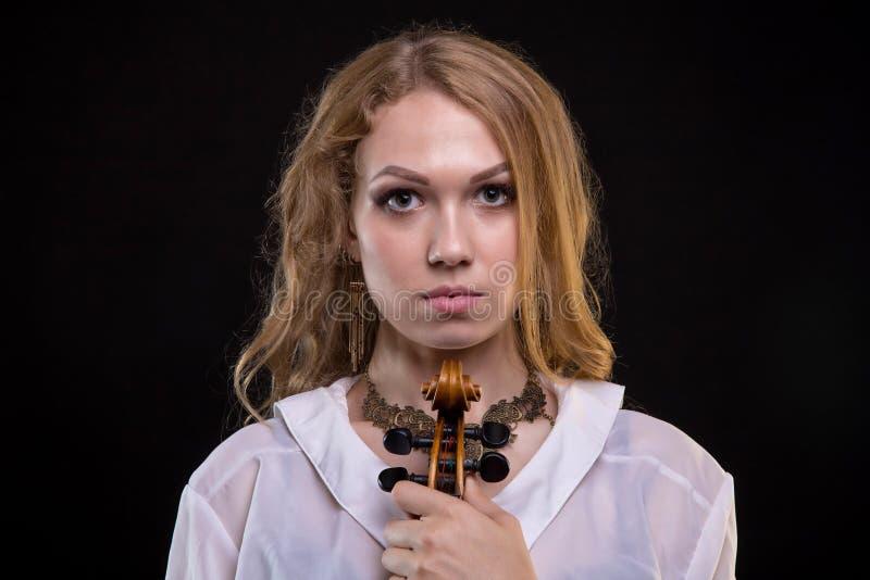 Jong blond meisje met fiddle royalty-vrije stock foto's