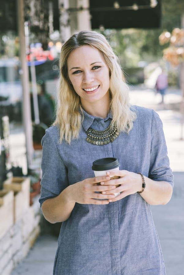 Jong Blond Millennial Wijfje met Koffiekop royalty-vrije stock foto's