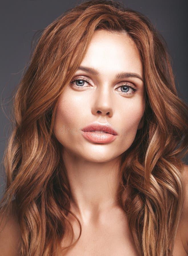 Jong blond vrouwenmodel met natuurlijke make-up stock foto