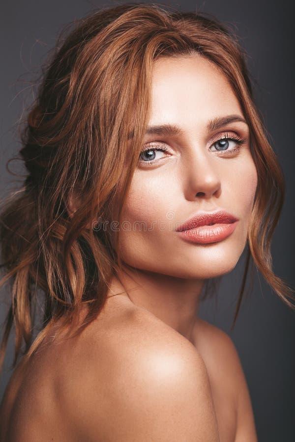 Jong blond vrouwenmodel met natuurlijke make-up stock afbeeldingen