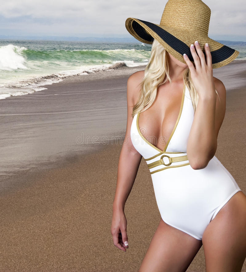 Jong blond wijfje op het strand royalty-vrije stock fotografie