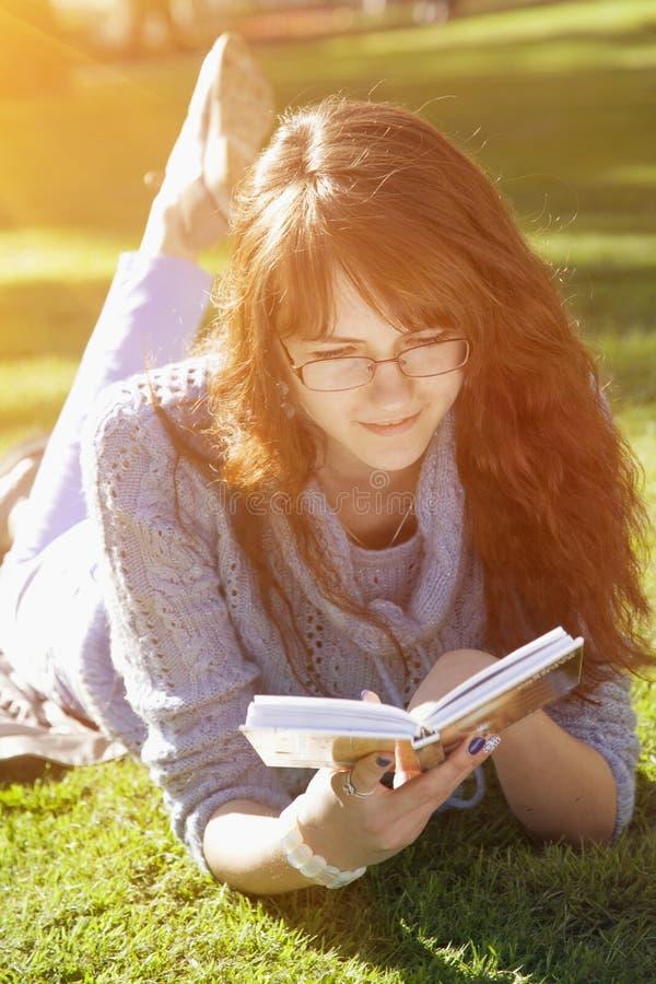 Jong blonde die een rust op een gouden de zomergebied hebben Mooi w stock afbeeldingen
