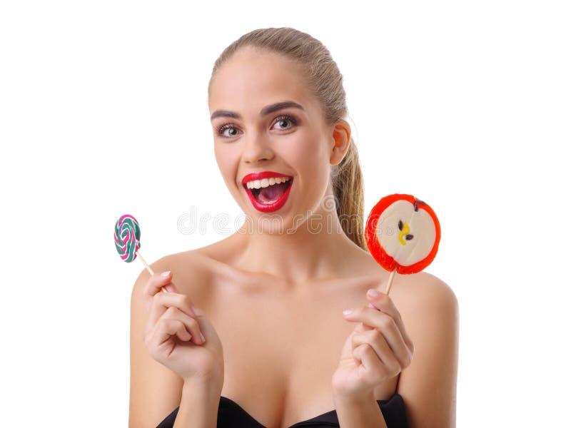 Jong blonde met een lolly in handen Geïsoleerdj op witte achtergrond stock afbeeldingen