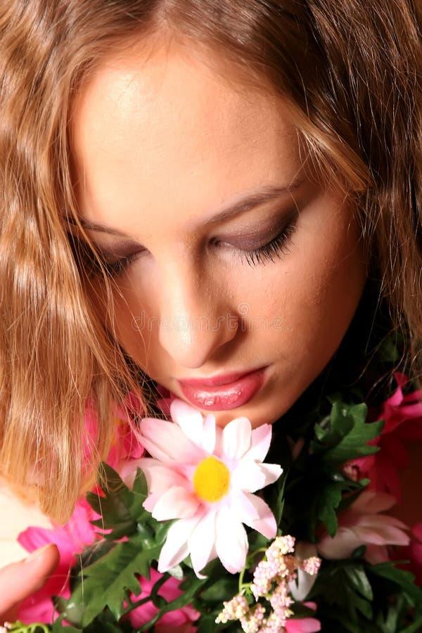Jong blonde Oman met gemengde bloemen royalty-vrije stock foto's