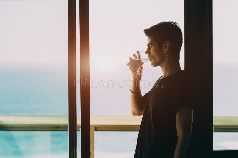 Jong Braziliaans kerel drinkwater royalty-vrije stock fotografie
