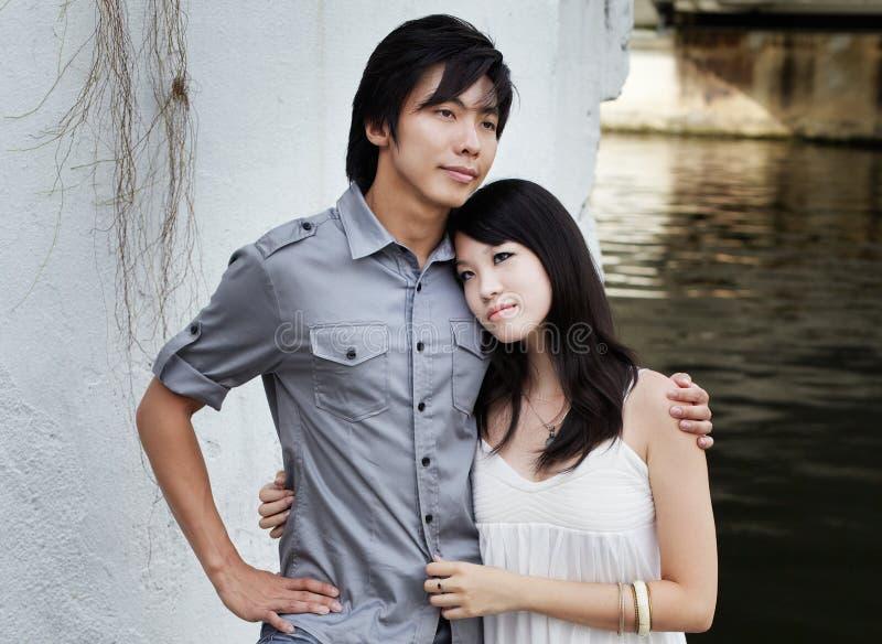 Jong Chinees paar op romantische datum door rivier stock fotografie