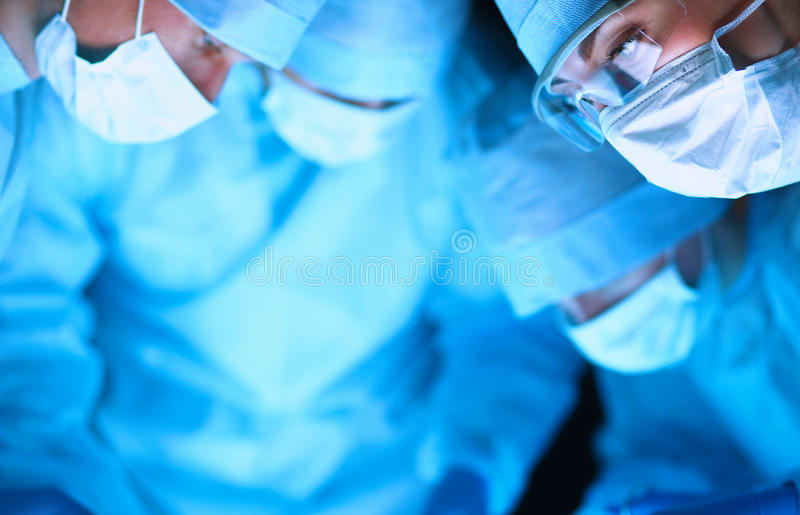 Jong chirurgieteam in de werkende ruimte stock afbeeldingen