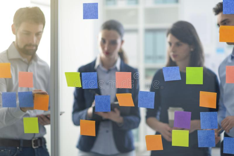 Jong commercieel team die in het bureau samenwerken stock afbeeldingen