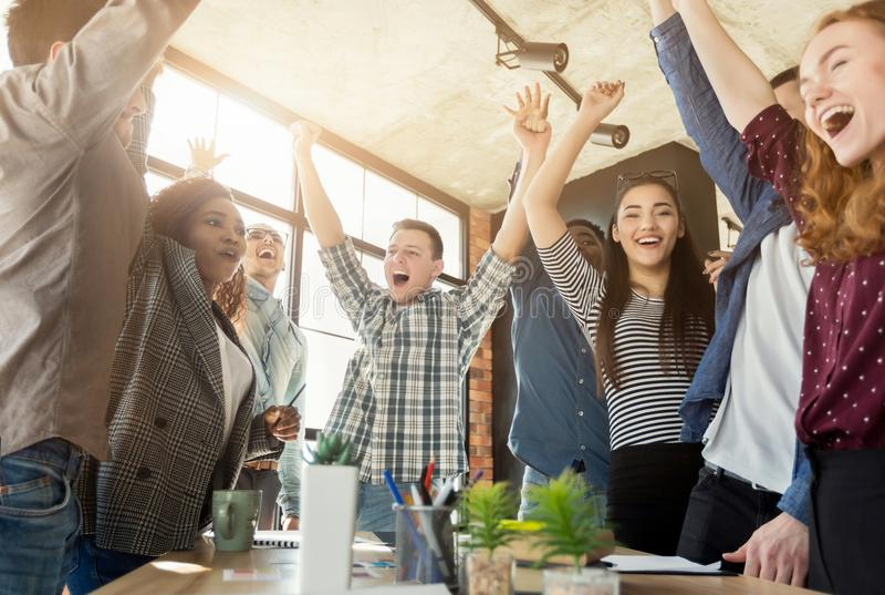 Jong commercieel team die van succes genieten op kantoor stock afbeeldingen