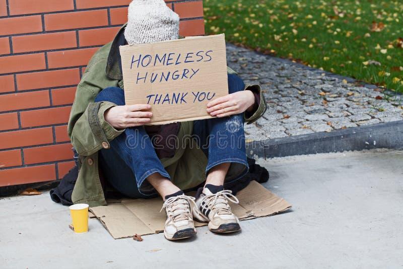 Jong dakloos mannetje dat voor hulp bedelt stock afbeeldingen
