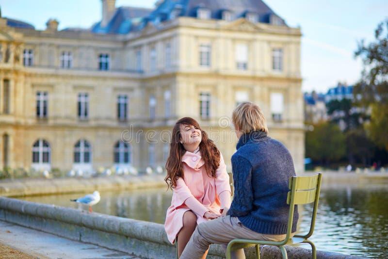 Jong daterend paar in de tuin van Luxemburg stock afbeeldingen