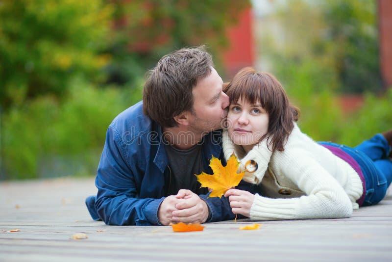 Jong daterend paar op een dalingsdag royalty-vrije stock afbeeldingen