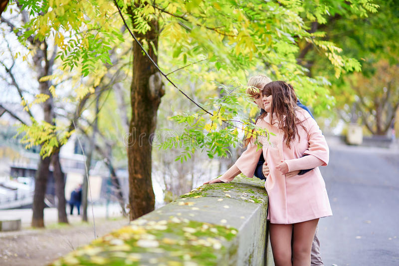 Jong daterend paar in Parijs stock foto's