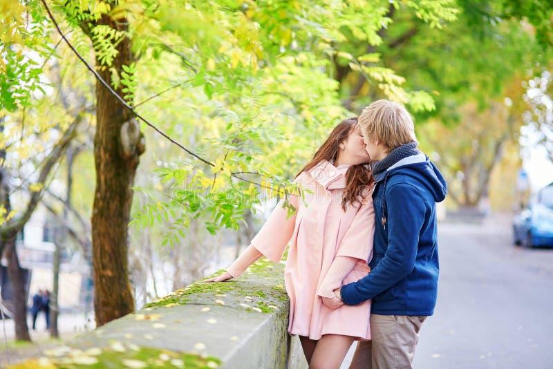 Jong daterend paar in Parijs royalty-vrije stock afbeelding