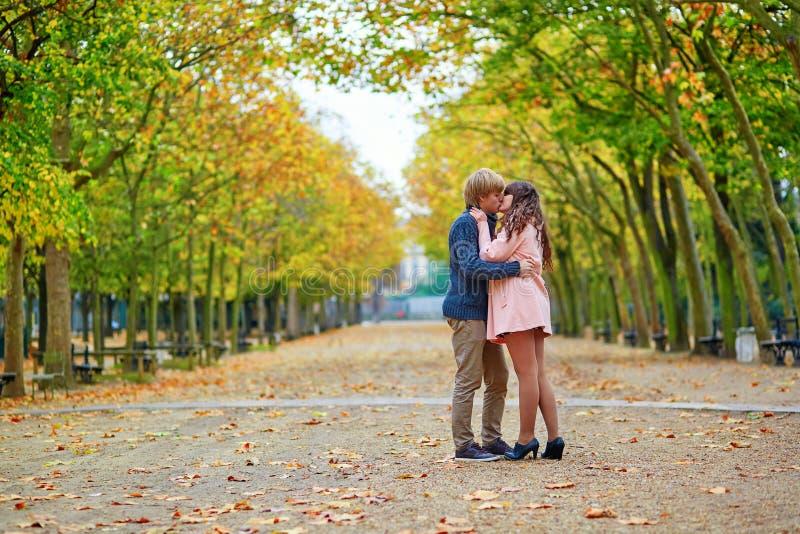 Jong daterend paar in Parijs op een dalingsdag stock afbeeldingen