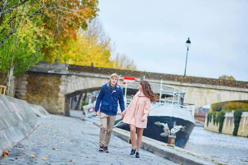 Jong daterend paar in Parijs op een dalingsdag stock foto's