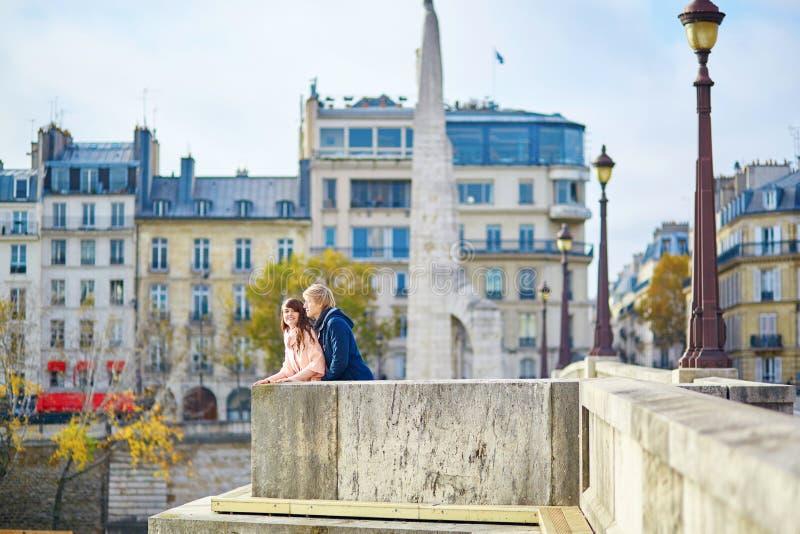 Jong daterend paar in Parijs op een dalingsdag stock afbeelding