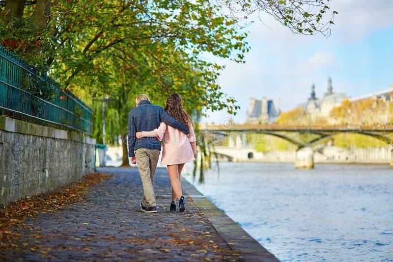 Jong daterend paar in Parijs op een dalingsdag royalty-vrije stock fotografie