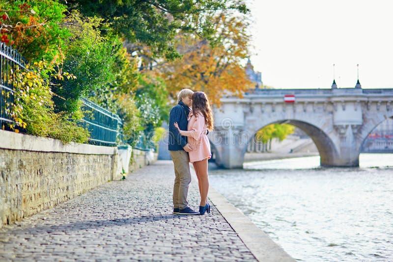 Jong daterend paar in Parijs op een dalingsdag stock foto