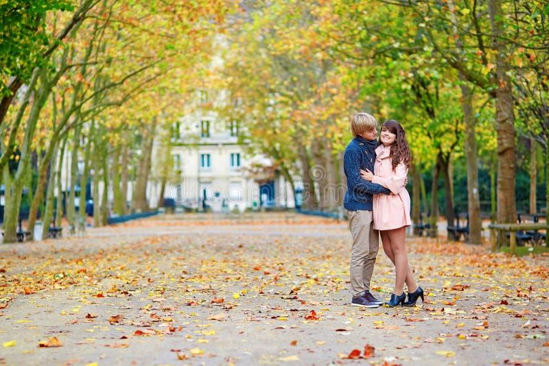 Jong daterend paar in Parijs op een heldere dalingsdag royalty-vrije stock foto's