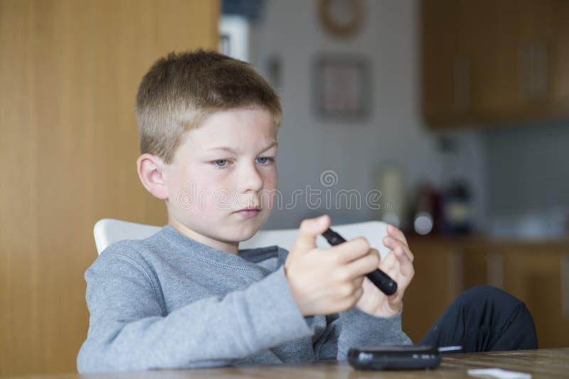 Jong de glucoseniveau van de jongensmaatregel royalty-vrije stock foto