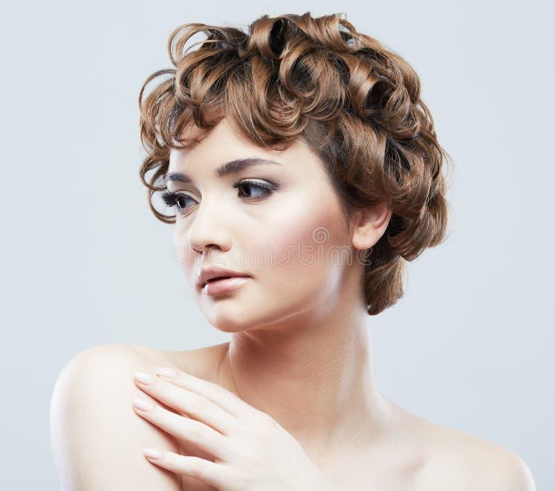 Jong de schoonheidsportret van het vrouwen dicht omhooggaand gezicht Korte haarstijl wisselmarkt stock foto's