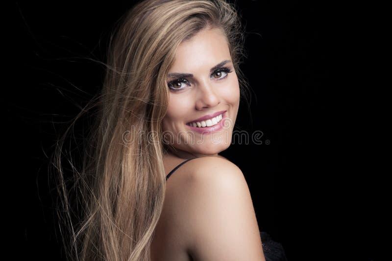 Jong de vrouwenportret van de blondeschoonheid met perfecte glimlach stock foto