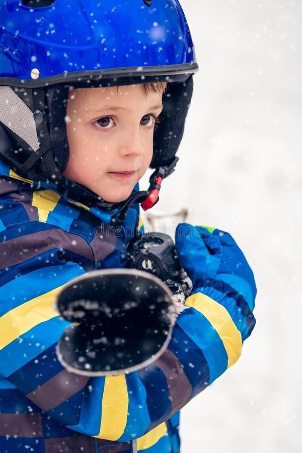 Jong de winterportret van de ski?rjongen stock fotografie