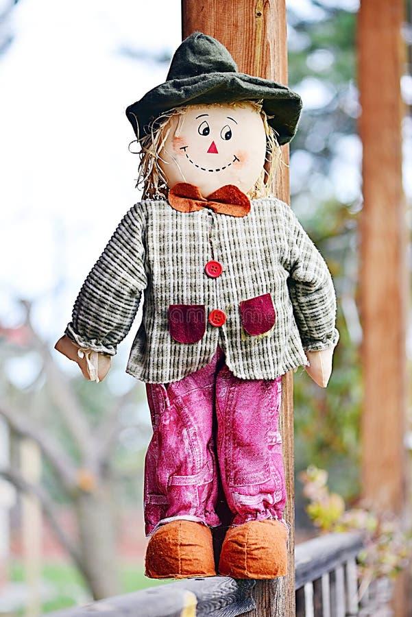 Jong die marionettenbeeldhouwwerk van doek en hooi wordt gemaakt stock fotografie