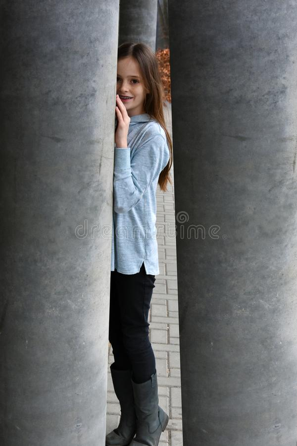 Jong die meisje in Labyrint wordt opgesloten