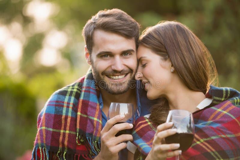 Jong die paar met wijn in deken wordt verpakt royalty-vrije stock foto's