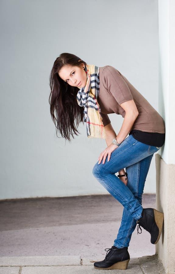 Jong donkerbruin jeansmodel in openlucht. stock foto