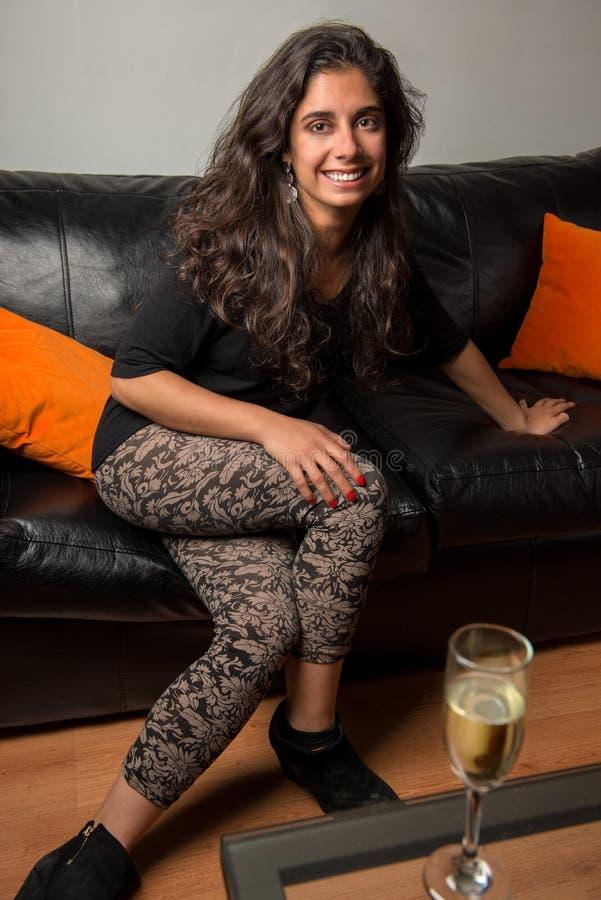 Jong donkerbruin meisje dat pret heeft thuis stock fotografie
