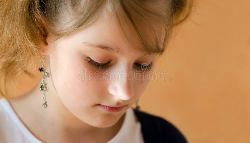 Jong droevig meisje royalty-vrije stock fotografie