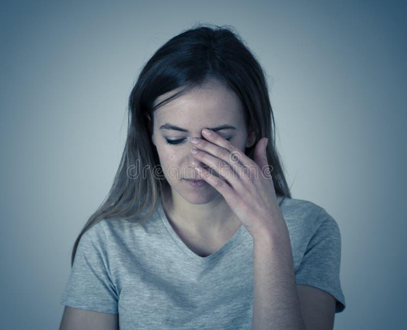 Jong, droevig, ongelukkig, hulpeloos meisje die aan depressie lijden Het menselijke emoties, bulling en portretten stock afbeelding